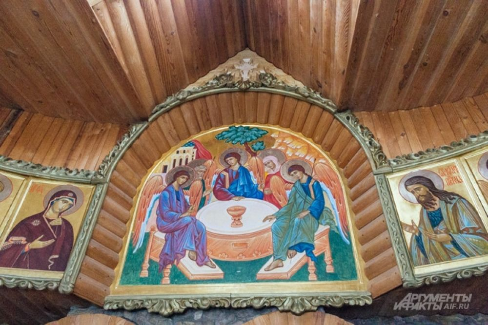 Образ Святой Троицы под потолком христианского зала Ильгиз Ханов писал по проекту брата.