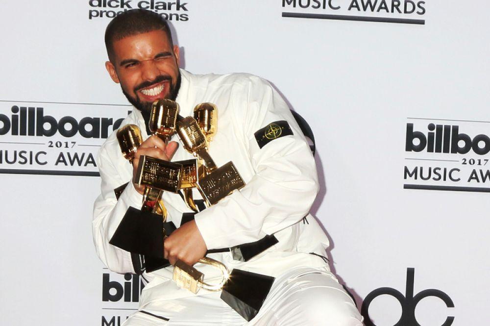 Замыкает тройку лидеров канадский рэпер Дрейк, доход которого составил около 92 миллионов долларов.