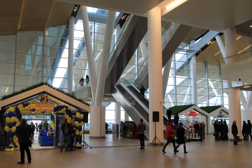Вылетающий пассажир попадает в просторный холл на первом этаже.