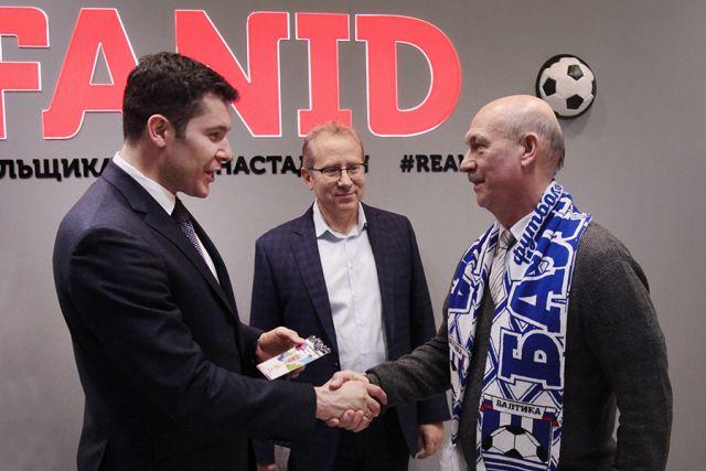 Первым свой персональный FAN ID из рук главы региона Антона Алиханова получил преданный болельщик ФК «Балтика» Владимир Зуев.