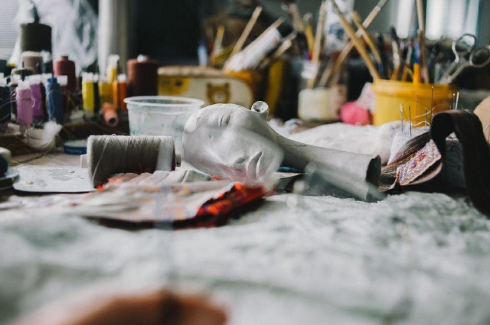Материалы и техники достаточно просты: кусочки кожи и меха, конский волос и лоскуты кружев, деревянные или проволочные основы – каркасы.