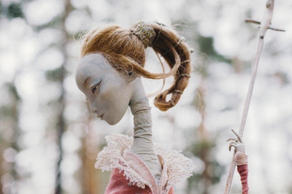 Куклы выполнены мастерами и мастерицами из большого семейного клана скульптора Даши Намдакова, который делает эскизы, а другие члены семьи мастерят каркасы, придают форму и колорит персонажам.