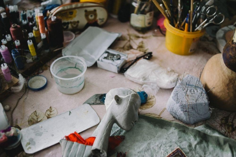 Результат кропотливой работы потрясает: выполненные как скульптуры, куклы статичны, но в каждой из них есть определенный характер, а в изысканной позе – особая пластика.