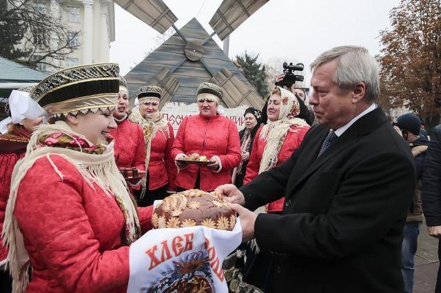 Песчанокопские аграрии угостили своим караваем губернатора Ростовской области Василия Голубева на областном Дне работников сельского хозяйства.
