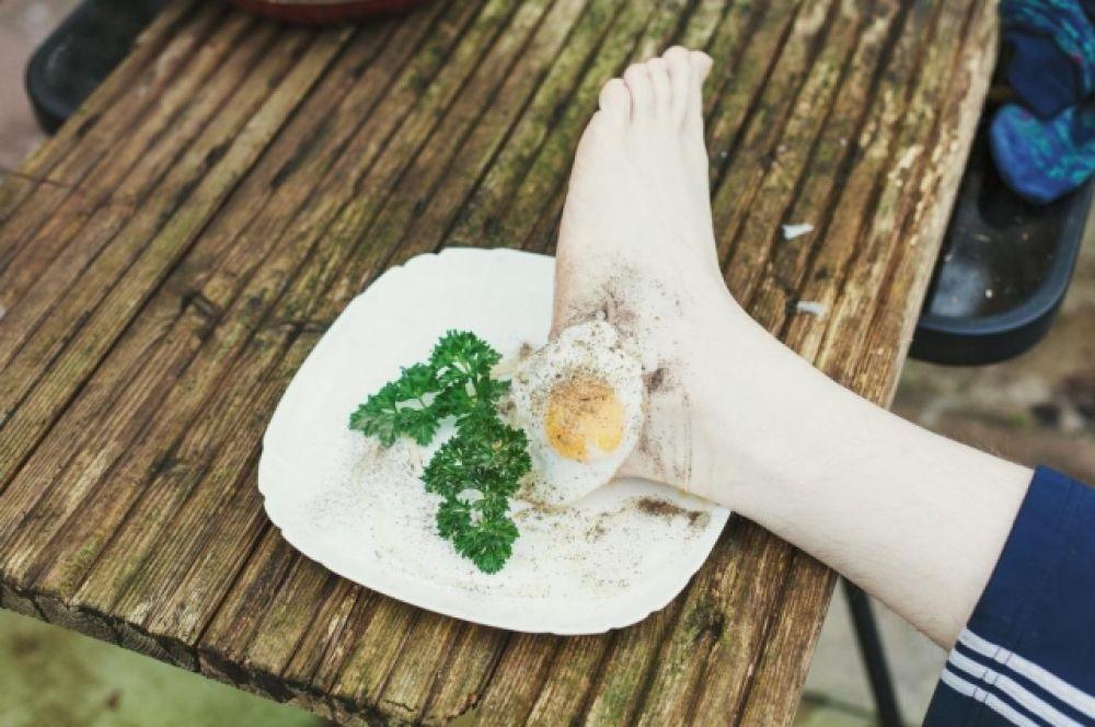 К той самой яичнице прилагается в качестве гарнира чудная человеческая нога. Приятного аппетита!