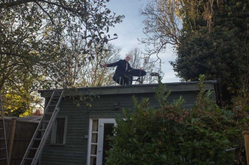 Однако, прежде чем закрыть свой ресторан навсегда, Убо Батлер решил все же устроить для своих гостей прощальный, он же - первый, ужин. Для этого Батлер сделал уборку двора, загнал кур в новый вольер и поставил на крыше несколько столиков.