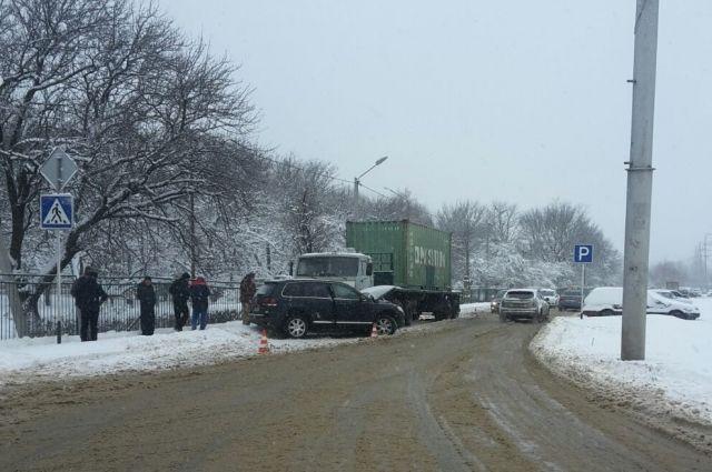 Наулице Ленина вСтаврополе иностранная машина столкнулась сгрузовым КАМАЗом