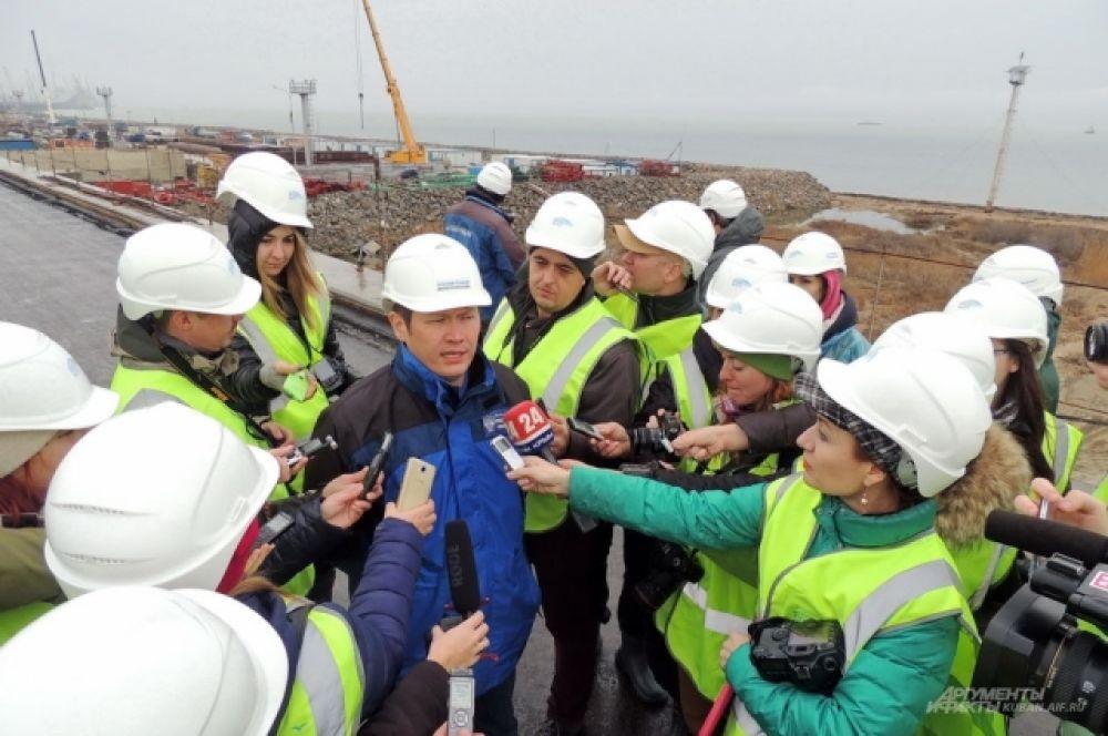 Заместитель начальника ФКУ Упрдор «Тамань» Кайрат Турсунбеков рассказывает о ходе строительства моста.