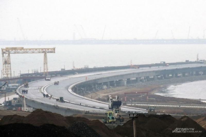 Вот так сейчас выглядит въезд на автомобильный мост со стороны Краснодарского края.