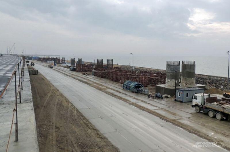 Опоры железнодорожного моста, который введут в строй на год позже автомобильного, готовы пока только на сухопутной части.