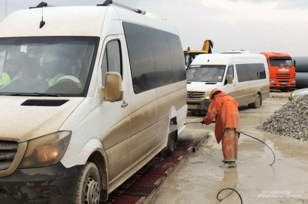 Въезжающим на готовую часть моста машинам тщательно моют колеса, поскольку грязь может негативно повлиять на некоторые технологические процессы.