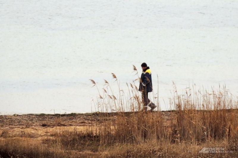 Строитель прогуливается у воды на острове Тузла.