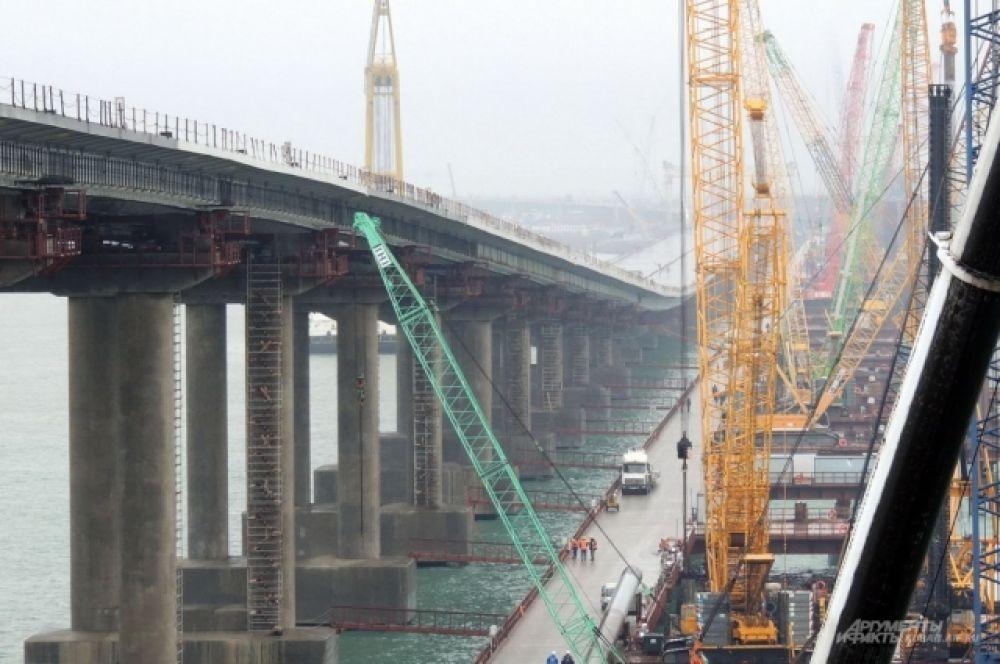 За несколько сотен метров до арки автомобильный мост заметно изгибается, уходя вверх.