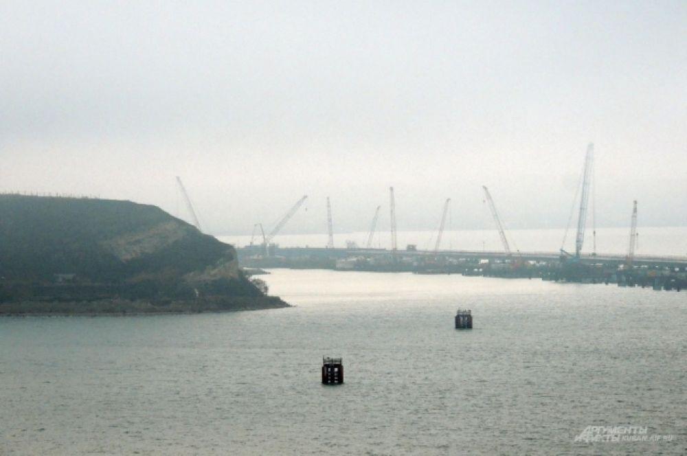Стройка на фоне крымского берега.