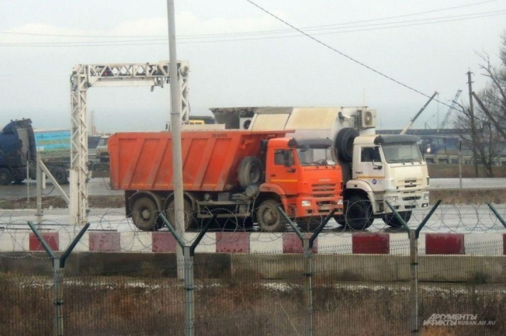 В целях безопасности все грузовики со стройматериалами «просвечивает» мобильный инспекционный досмотровый комплекс.