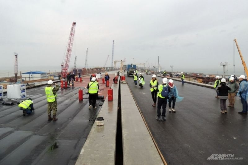 Строители уже полностью заасфальтировали более восьми километров автомобильного моста.
