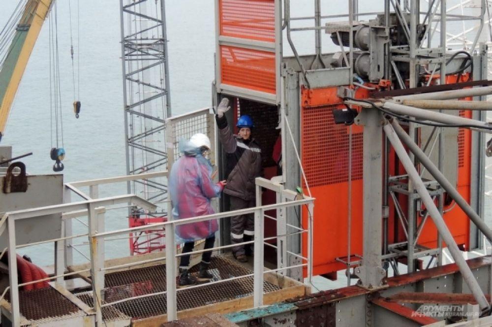 На стройке моста есть работа даже для лифтера.