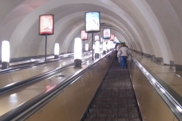 ВПетербурге украшают станции метрополитена кновогодним праздникам