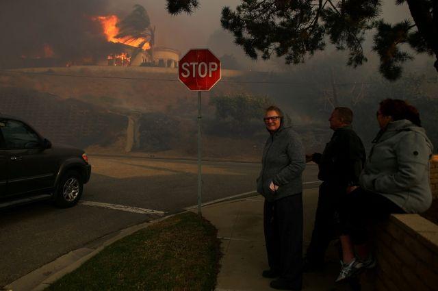 Один человек умер при эвакуации отлесных пожаров вКалифорнии