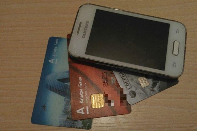 Мошенник получил доступ к мобильному банку омички и снял с её счетов все деньги.