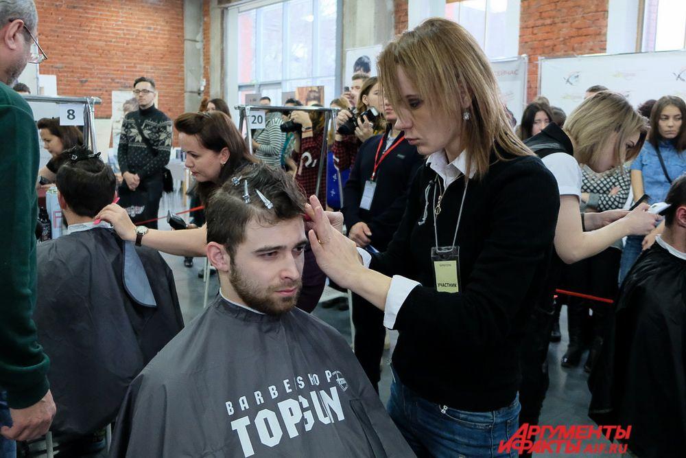 Во время конкурса ведущий мероприятия предложил зрителям стать моделями парикмахеров.