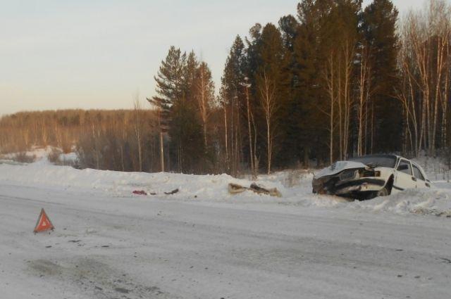 Водитель и два пассажира легковушки получили травмы.