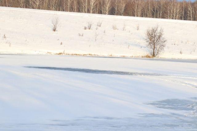 Мужчина вышел на неокрепший лёд.
