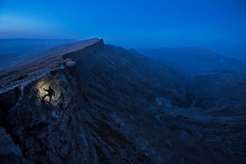 Писатель Марк Синнотт оценивает скалу в ареале Бойсунтов в Узбекистане. Внутри этой скалы, под плотным слоем известняка лежит извилистый подземный мир.