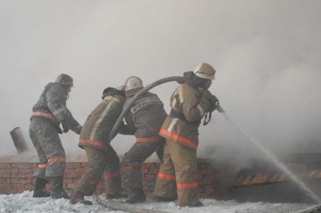 В Омске пожарные эвакуировали жителей общежития.