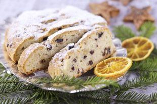 В штоллен добавляют много орехов, сухофруктов и изюма.