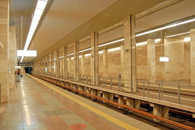 «Как голый в метро»: в киевском метро голый мужчина пытался угнать поезд