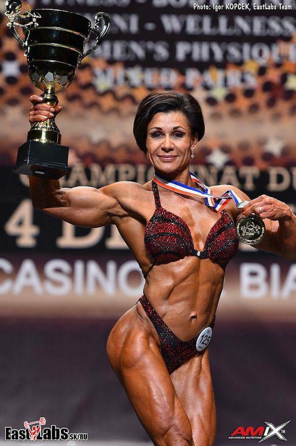 Так, по словам Натальи, за несколько дней до соревнований она исключает из рациона соль, сокращает объем потребления воды. Это нужно для достижения хорошей сепарации мышц.