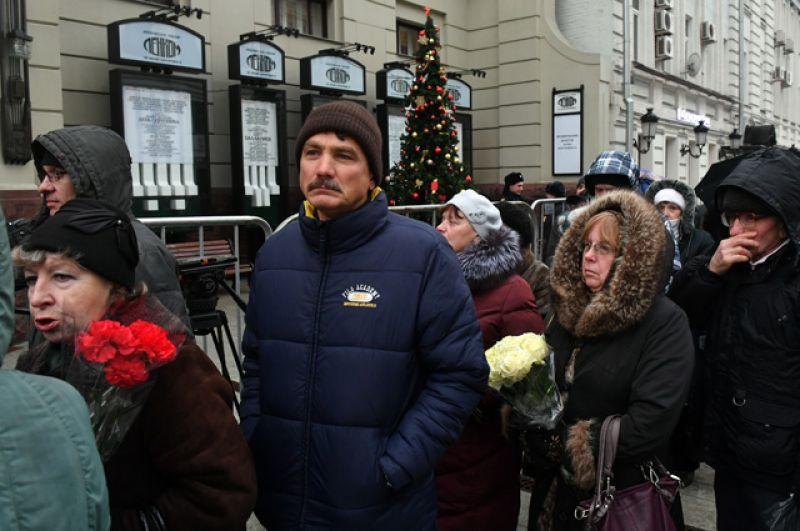 Люди у здания театра «Ленком».