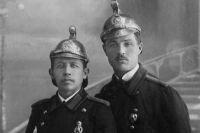 Пожарные носили блестящие бронзовые каски и полукафтаны с погонами.