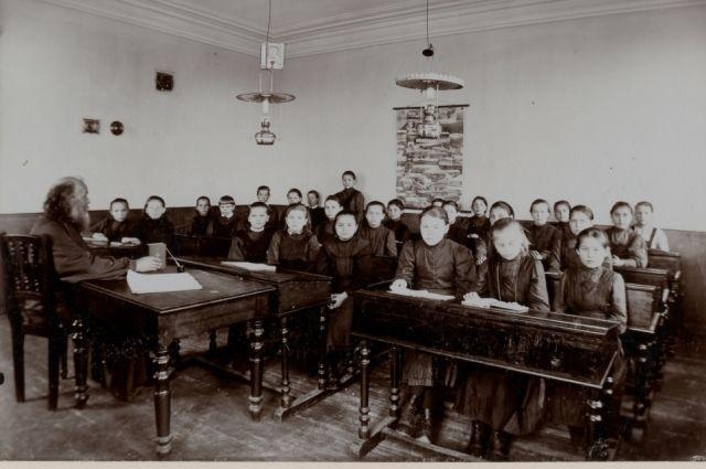 Из поколения в поколение учителя и ученики сохраняют особый дух и традиции Великосельской школы.