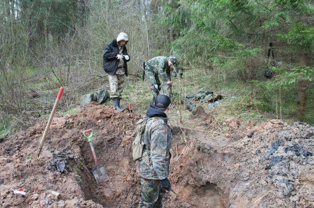 В случае, если в захоронении расстрелянные (как правило, в одном белье), металлоискатели не срабатывают.