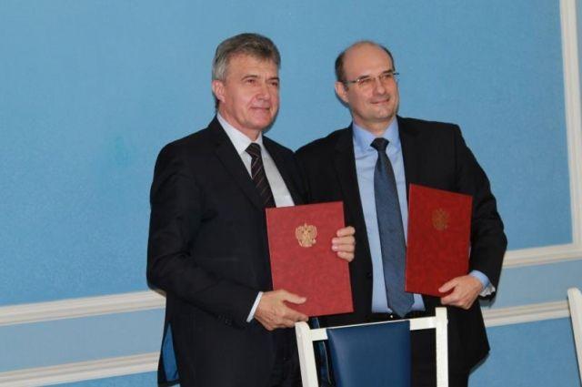Вячеслав Кущев (слева) и Андрей Буров подписали соглашение о взаимодействии на предстоящих выборах Президента РФ.
