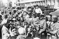 Солдаты Красной армии беседуют с жителями освобождённого Харькова.