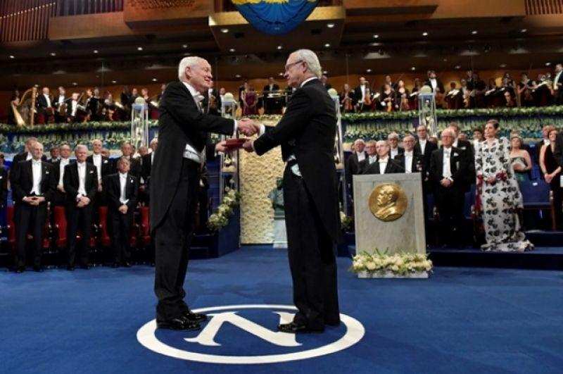 Йоахиму Франку вручают Нобелевскую премию 2017 года.