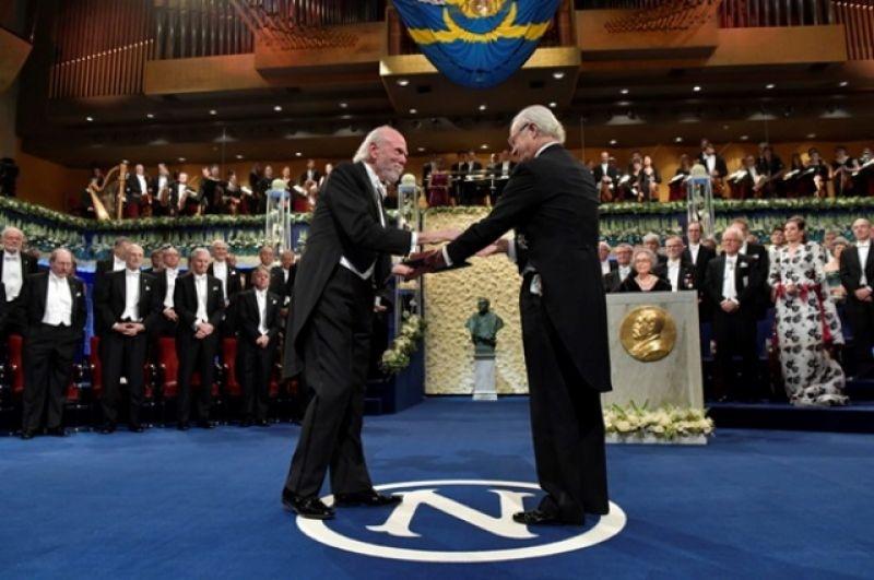Йоахиму Франку вручают Нобелевскую премию 2017 года