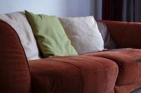 В Кемеровской области алиментщица спряталась от судебных приставов в диване.