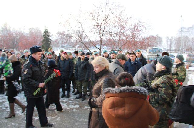 На открытие памятника собрались горожане и представители власти