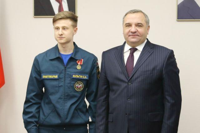 Омской школьнице вручили медаль «Заотвагу напожаре»