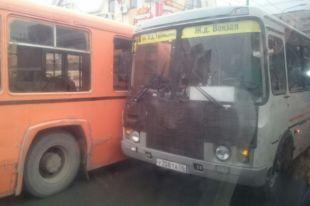СМИ: центр Оренбурга парализован из-за двух ДТП.