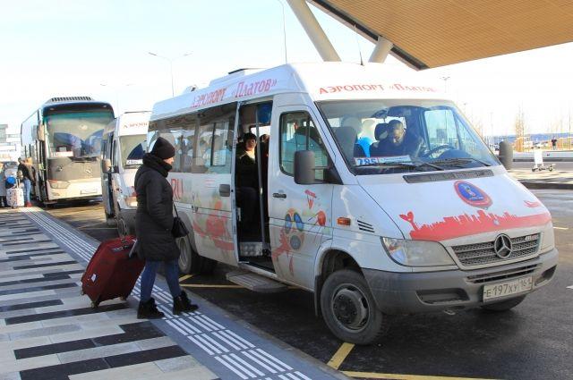 Сейчас в аэропорт и обратно пущены в основном маршрутки, в которых нет багажных отсеков.
