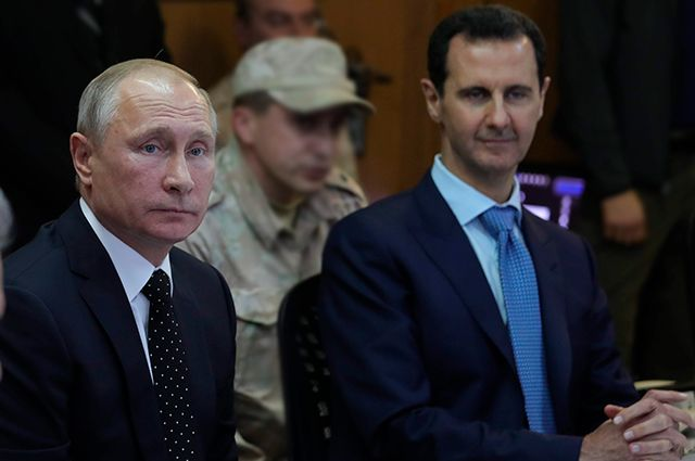 Владимир Путин и Башар Асад во время посещения авиабазы Хмеймим в Сирии.