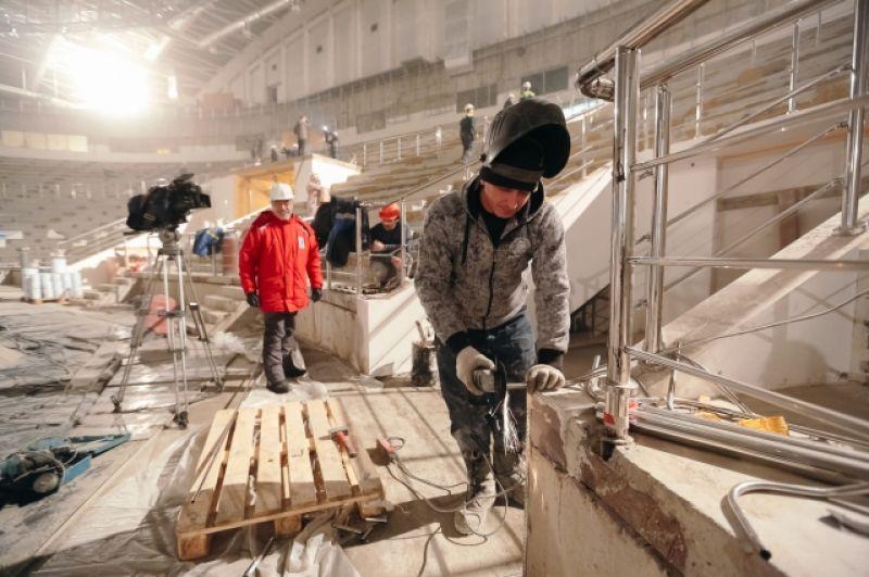 Рабочие трудятся на стройке круглосуточно. Каждый день в строительстве комплекса задействованы 600 человек.