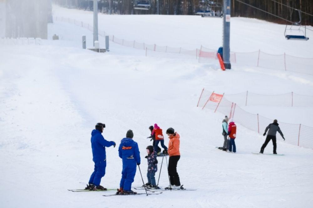 """На горнолыжных склонах """"Бобрового лога"""" сейчас занимаются юные спортсмены."""