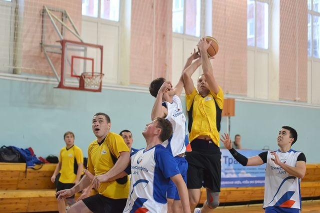 В баскетбол играют настоящие нефтепроводчики.