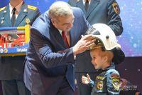 Пятилетний Елисей получил от министра каску пожарного.